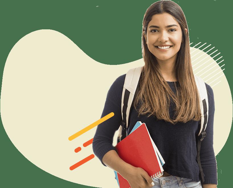 Estudiante sonriendo con un salveque en su espalda y sujetando sus cuadernos
