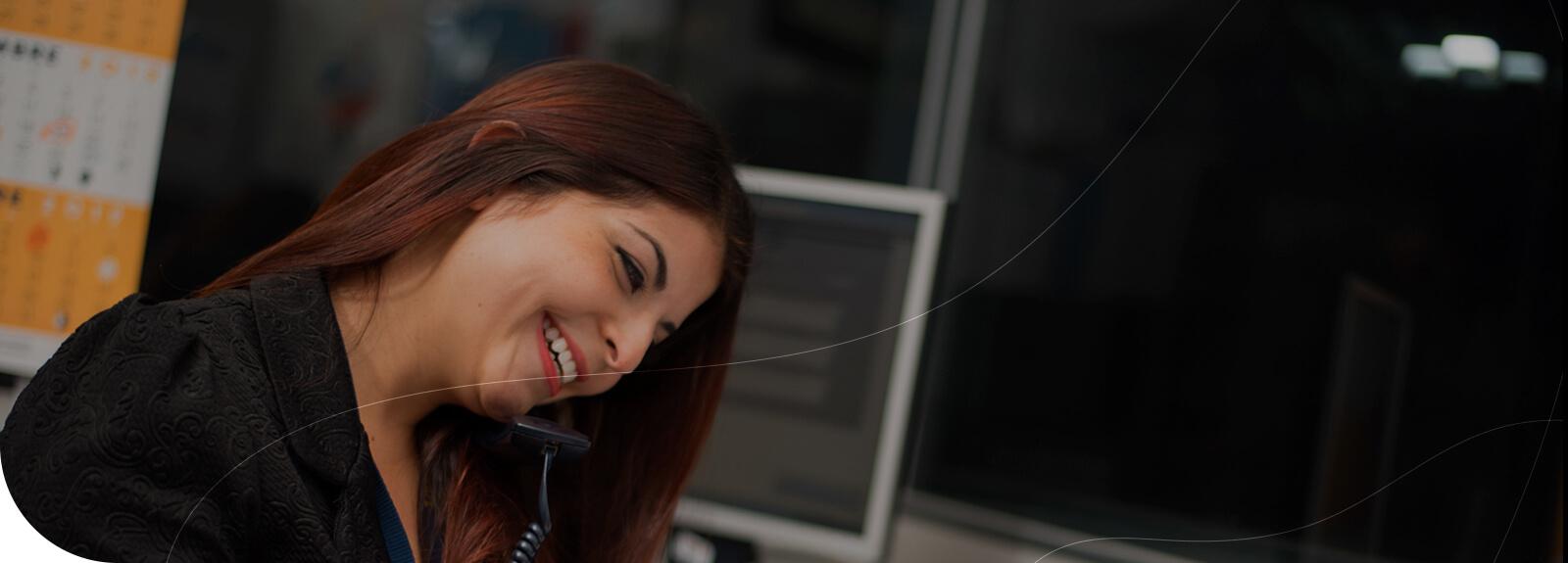Personal ejecutivo en oficina atendiendo llamada telefónica