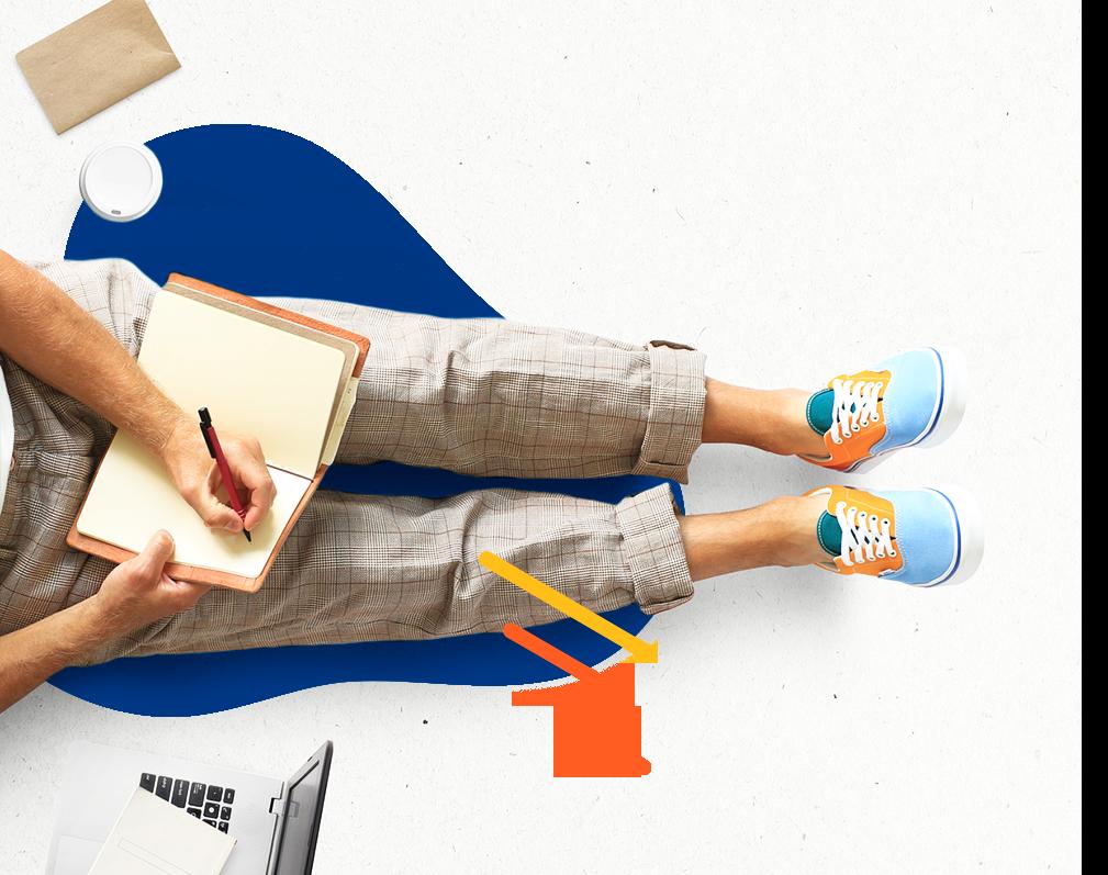 Estudiante escribiendo en un cuaderno que tiene sobre sus piernas