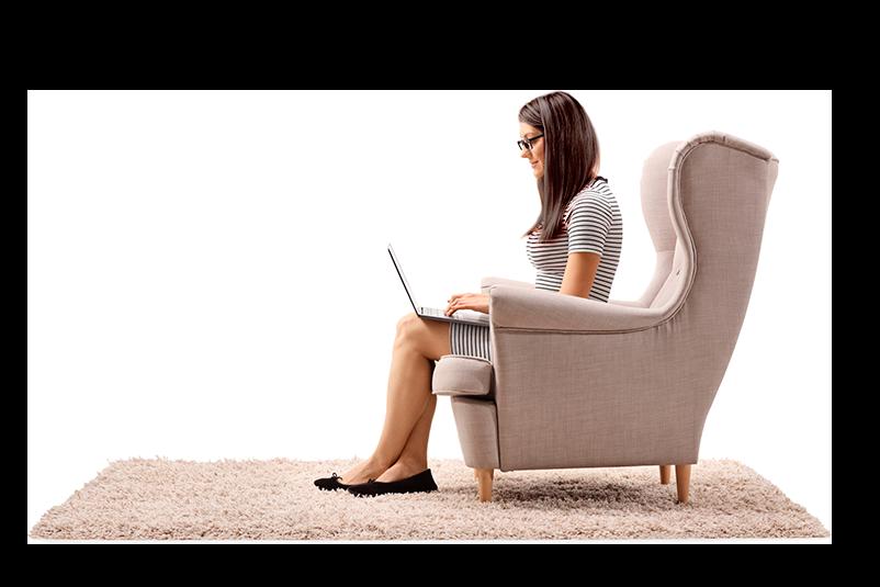 Mujer sentada en un asiento utilizando una computadora portátil