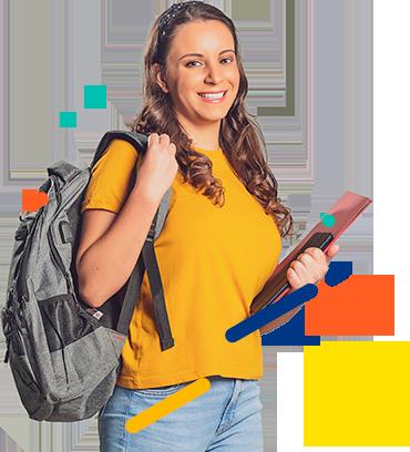 Estudiante sonriendo sosteniendo su material de estudio