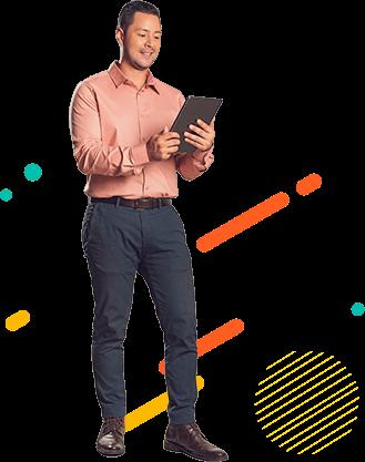 Hombre de pie, mirando la Tablet que sostiene con sus manos