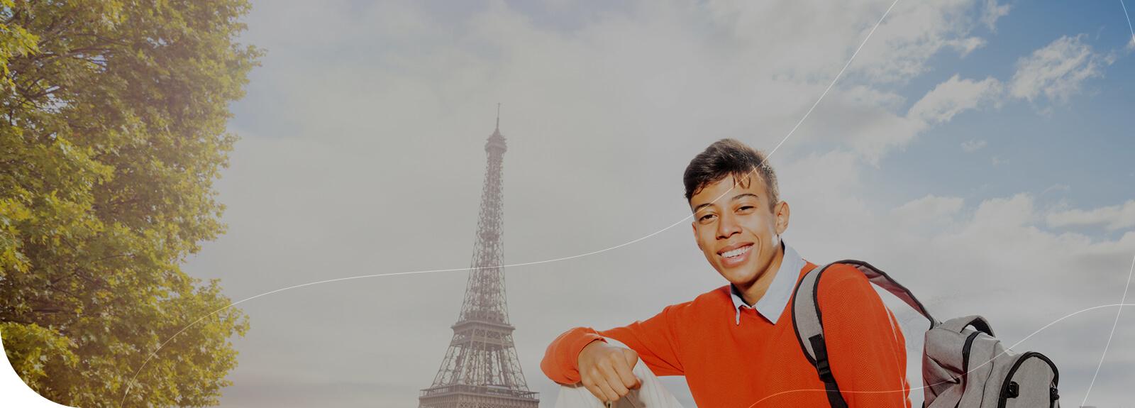 Estudiante sonriendo en París gracias al préstamo de CONAPE